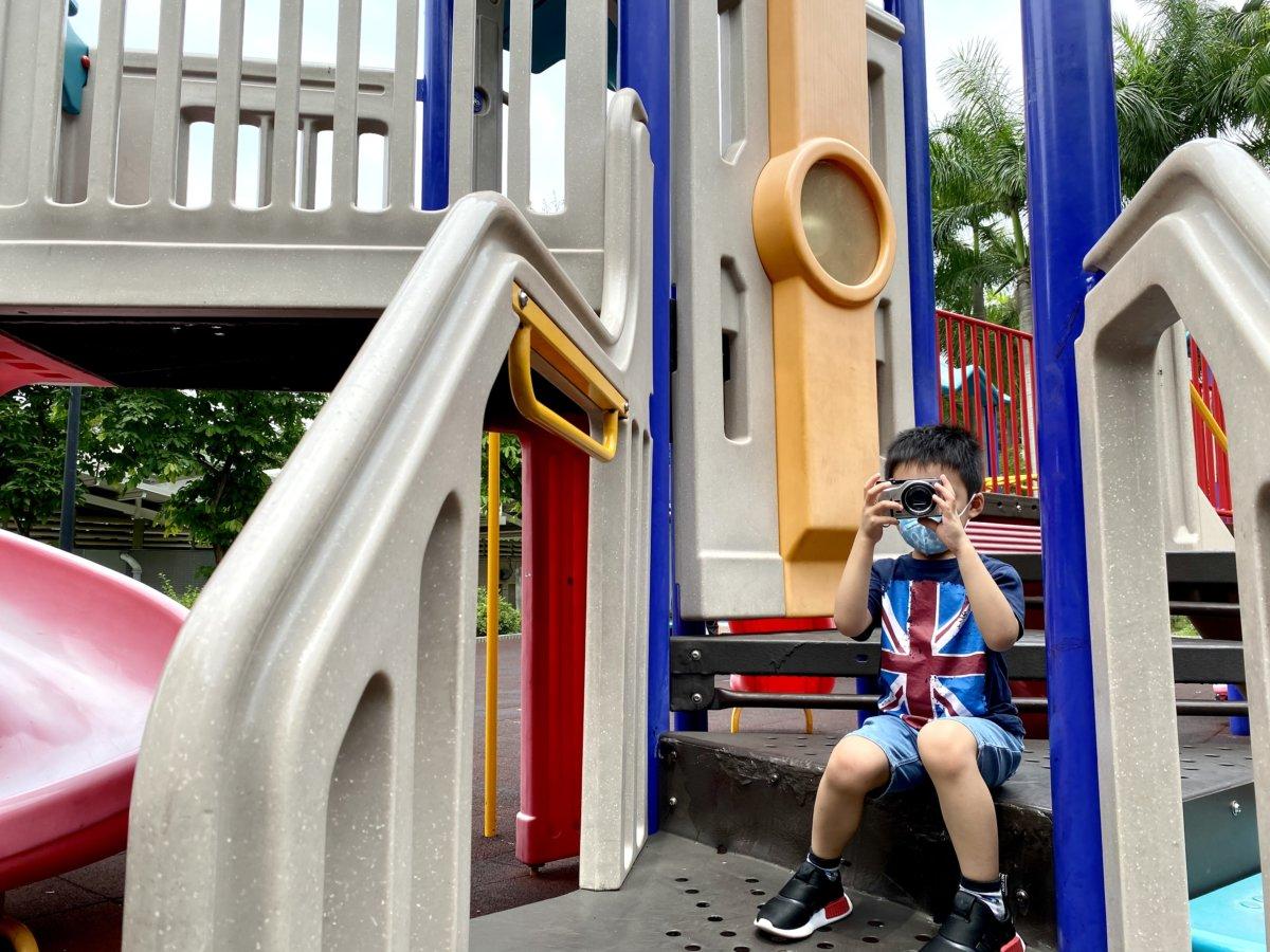 小朋友拿影相機: 小朋友喜歡四處拍攝,又愛重看自己作品,對小小攝影機愛不惜手。