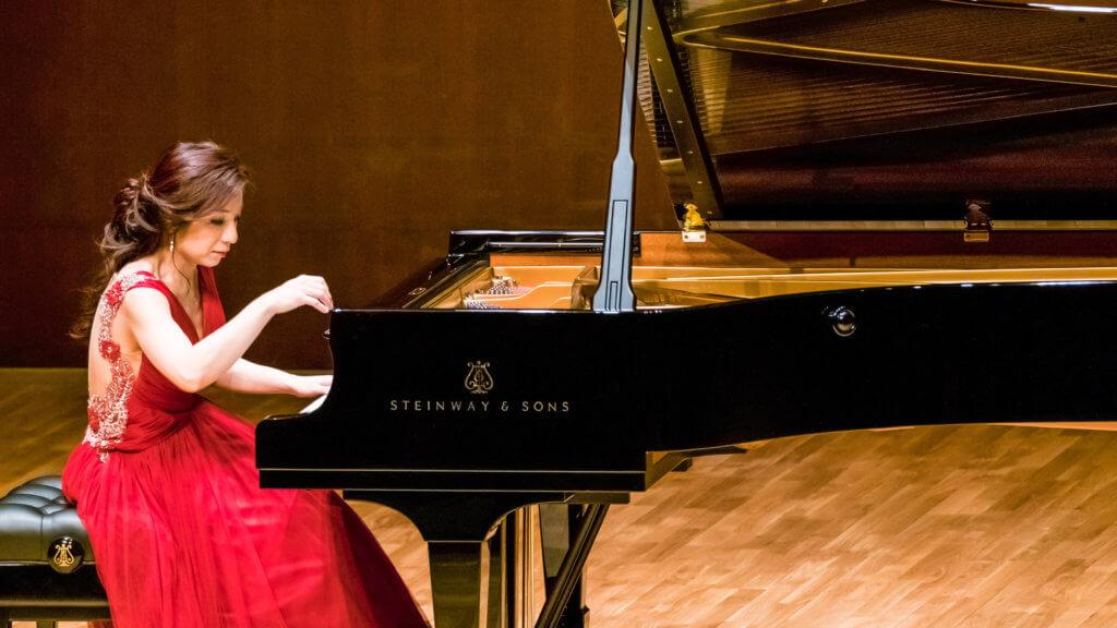 精堪的琴藝令余嘉露踏足世界各地演奏廰,包括英國倫敦著名巴比肯藝術中心及皇家節日音樂廳。