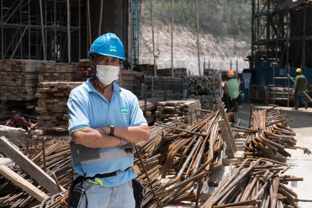 明哥在建築地盤工作了二十多年,擔任電工一職。