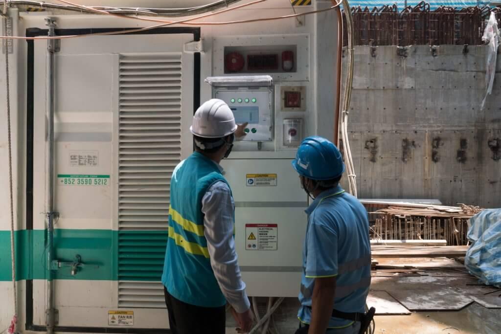 地盤還在使用柴油發電機時,明哥需定期清理發電機並替其入油。引入淨能櫃後,工作環境變得更安全環保。
