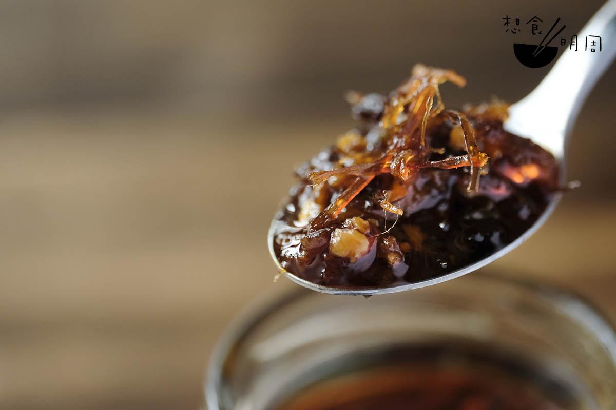 以潮州辣椒油為基底,再加入瑤柱、金華火腿、鮑汁等海鮮材料,便成為流行於上世紀八、九十年代的港式XO醬了。