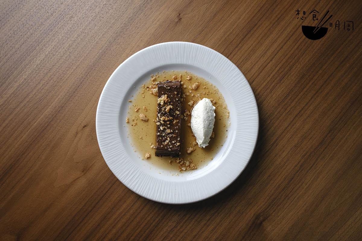 Bonet//皮埃蒙特的特色甜品,以70%黑朱古力、杏仁甜酒等,用攝氏90度煮兩小時,做法有法式經典甜品Flan的影子。($108)