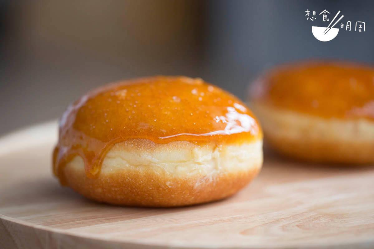 Crème Brûlée Berliner/即焦糖布甸德式甜冬甩,是酒店地區總麵包師Nikolai Murzello的近期新作,將德式冬甩與焦糖布甸兩款經典甜點融合起來。($25/個,Baked By Shangri-La)