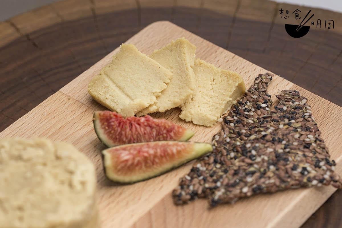 Cheddar Sharp//屬半硬芝士,以杏仁、檸檬汁等發酵而成,風味香濃,顆粒感明顯。(小:$150、大:$250)