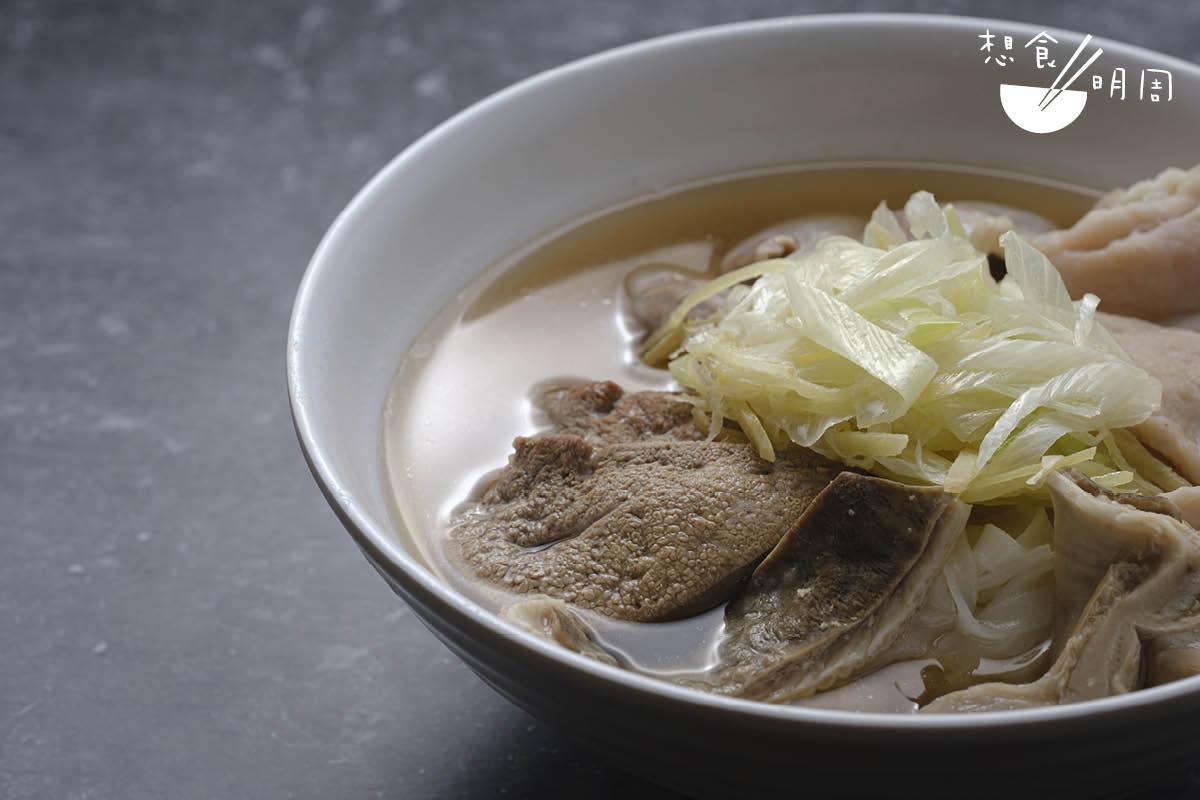 豬雜河粉//有豬膶、豬粉腸、豬肚和肉片,特別之處是配搭嗆口霸道的京葱,但卻恰好為豬雜吃來更清爽有味。($43)