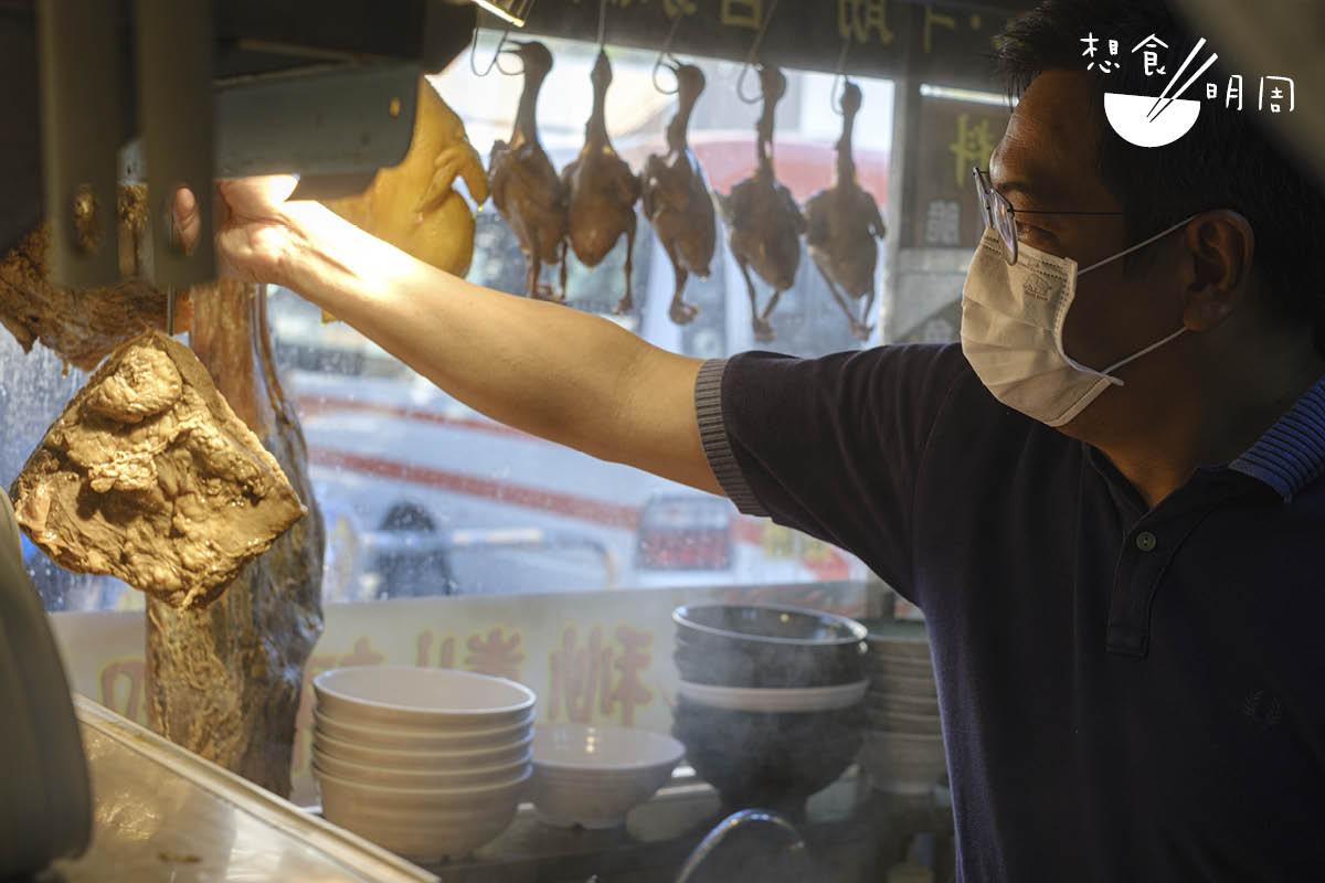胡嘉榮是大圍小店葵康魚蛋粉麵的店主。