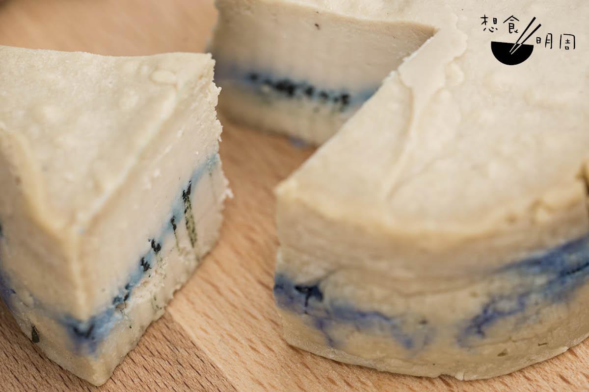 North Pole Star//以意大利Gorgonzola藍芝士為藍本,以腰果、台灣腐乳、螺旋藻、鷹嘴豆水等材料做成,刺鼻感比原著輕,質感絲滑。($180/個)