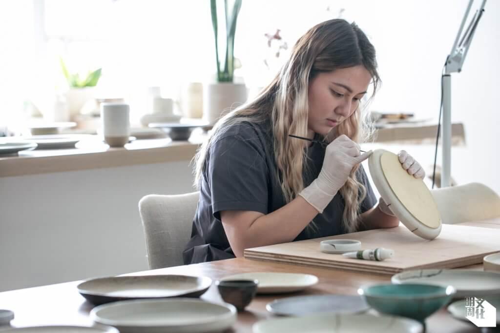 陶瓷藝術家文蔚珊,大專讀藝術時初接觸手捏,對陶泥的質感特性情有獨鍾,畢業後繼續深造陶藝,繼後學習金繼工藝。