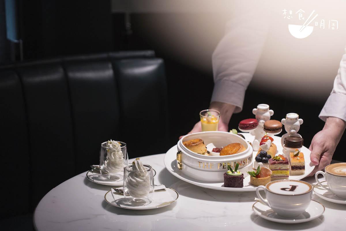午後敍享//全新下午茶套餐,每天下午二時至六時供應,限量二十份。包括經典英式鬆餅、馬卡龍、軟雪糕、門僮帽朱古力、鹹甜美點及飲品。($575/兩位、$325/位)