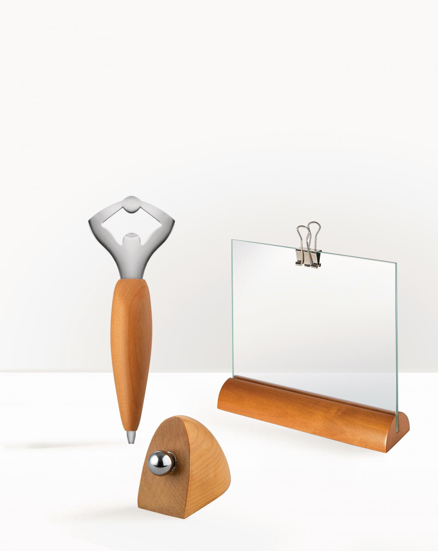 除了Sottsass的復刻設計外,本月亦推出由Bortolani Becchelli Associati,Kuno Prey 及Andrea Branzi設計的木相架和開瓶器。