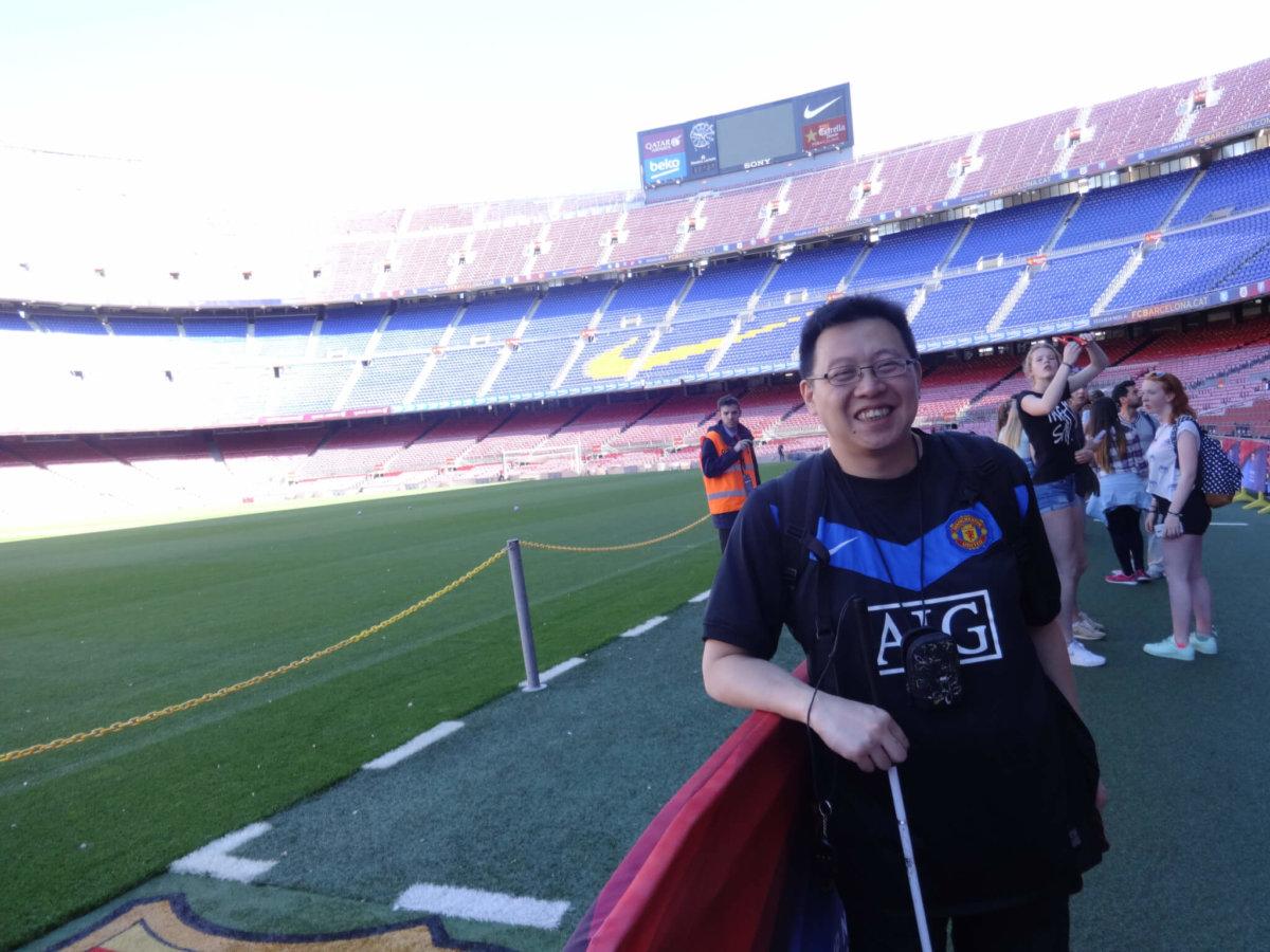 2016年,Alex到西班牙公幹, 到巴塞的魯營球場參觀,堅 持穿著曼聯的波衫。