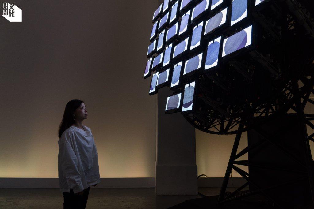 藝術家許方華(Phoebe Hui),站在《月逝無聲》中的作品《Selenite》前。