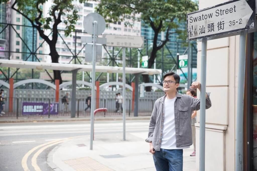 站在香港街頭,他感謝喜歡自己的觀眾,真真「有你們,故他在」。