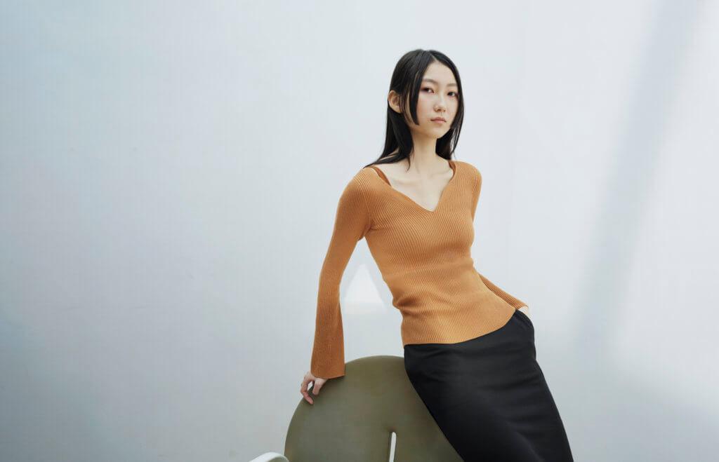 mame-kurogouchi-model-visual_3d-knit-rib-sweater