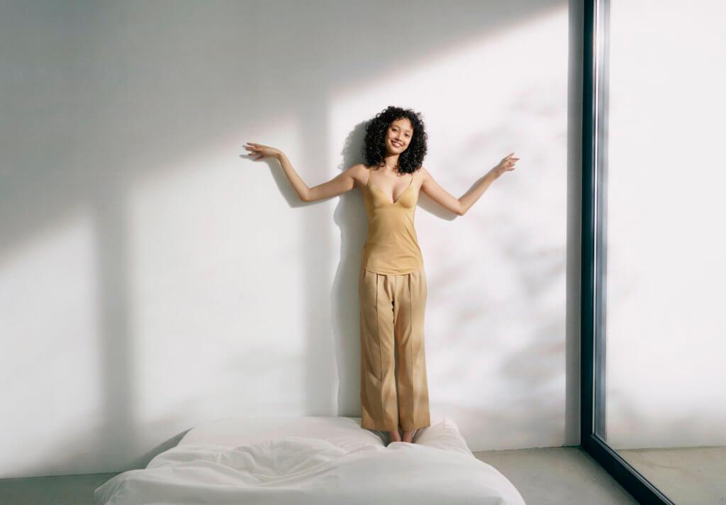 mame-kurogouchi-model-visual_plunge-bra-top