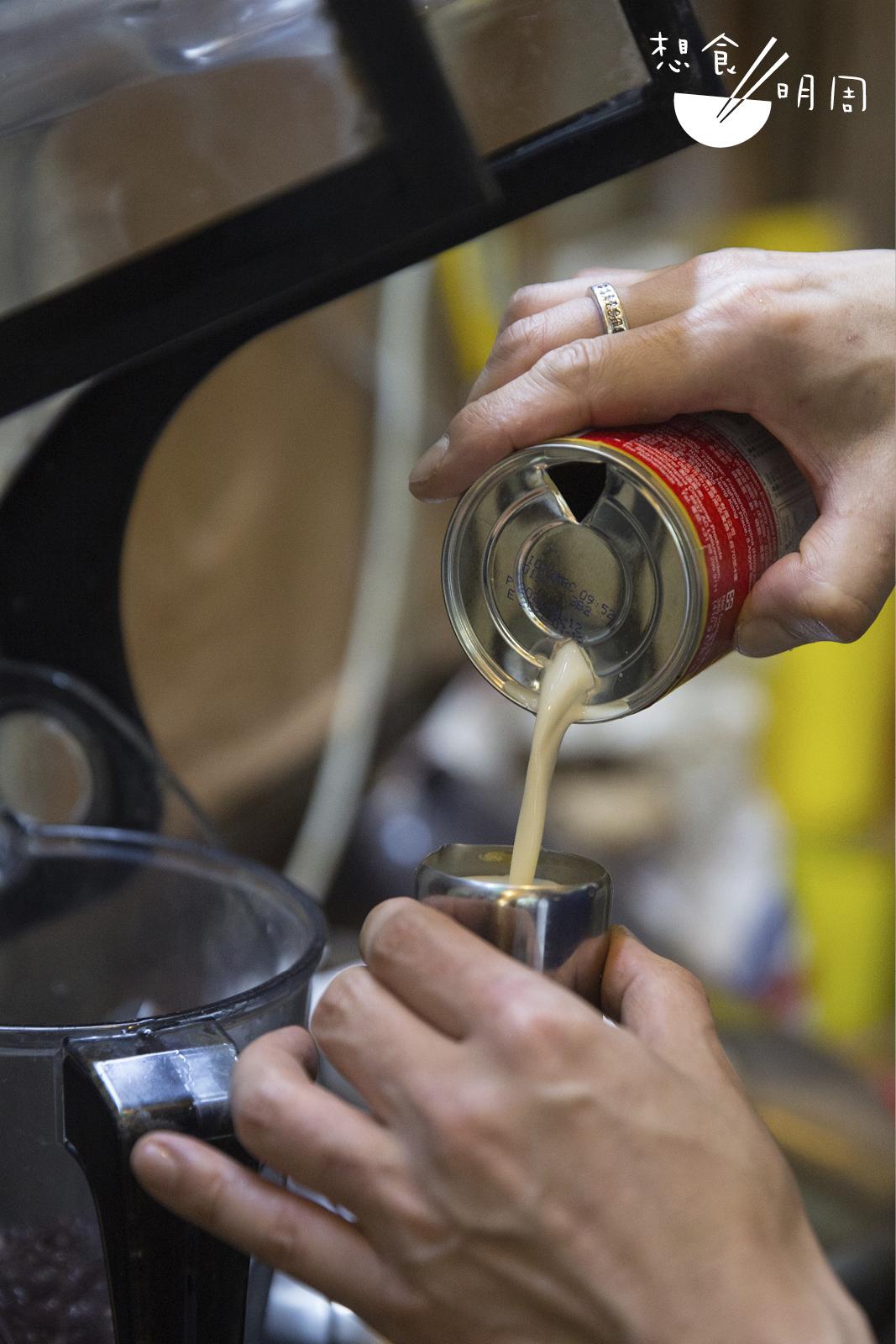 加入濃縮花奶取代牛奶的港式奶昔,除了忠於紅豆冰的製法外,亦因為其奶脂質地較濃,令奶昔口感較滑。