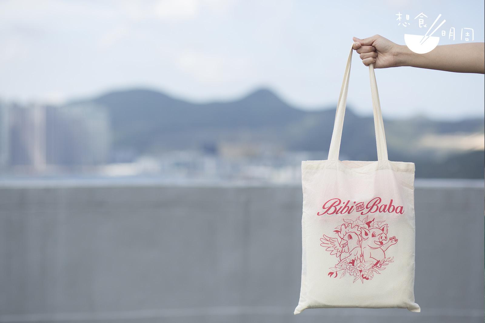 袋子質地輕薄,還是不要放太多重物!(tee shirt + tote bag/$200)