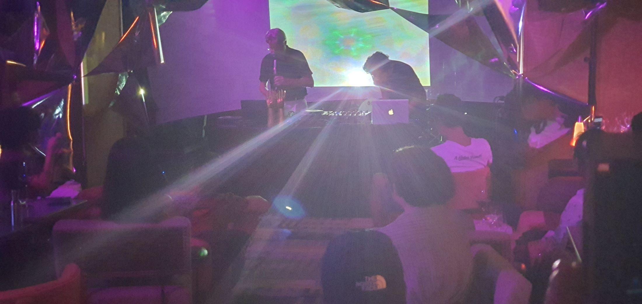 Gordon醉心音樂創作,圖為他於二○一九年的迷幻音樂會演出片段。
