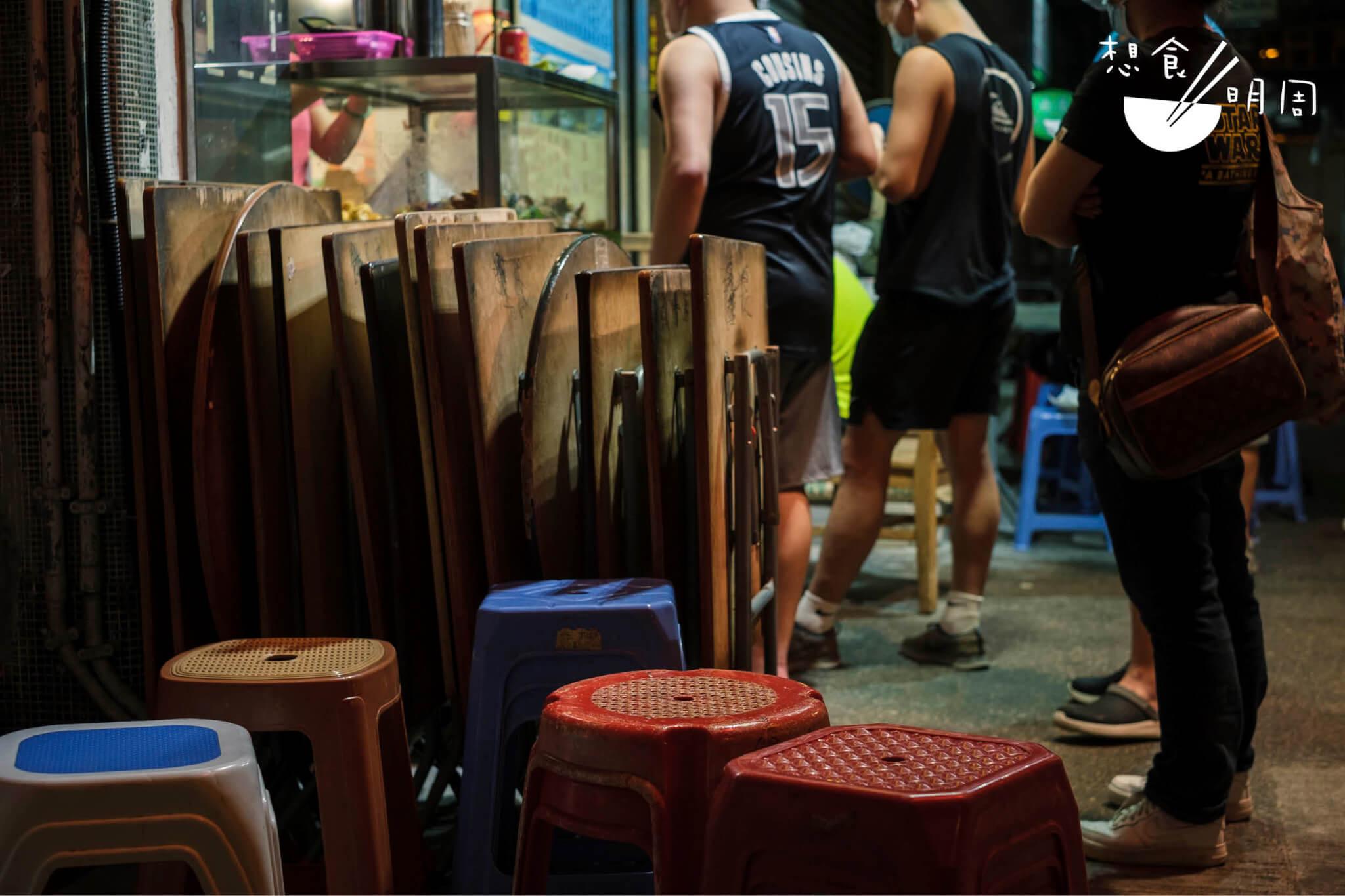 「街道」這片公共空間上的摺枱及膠凳,正是人們活用深宵時的「空間」的例子。