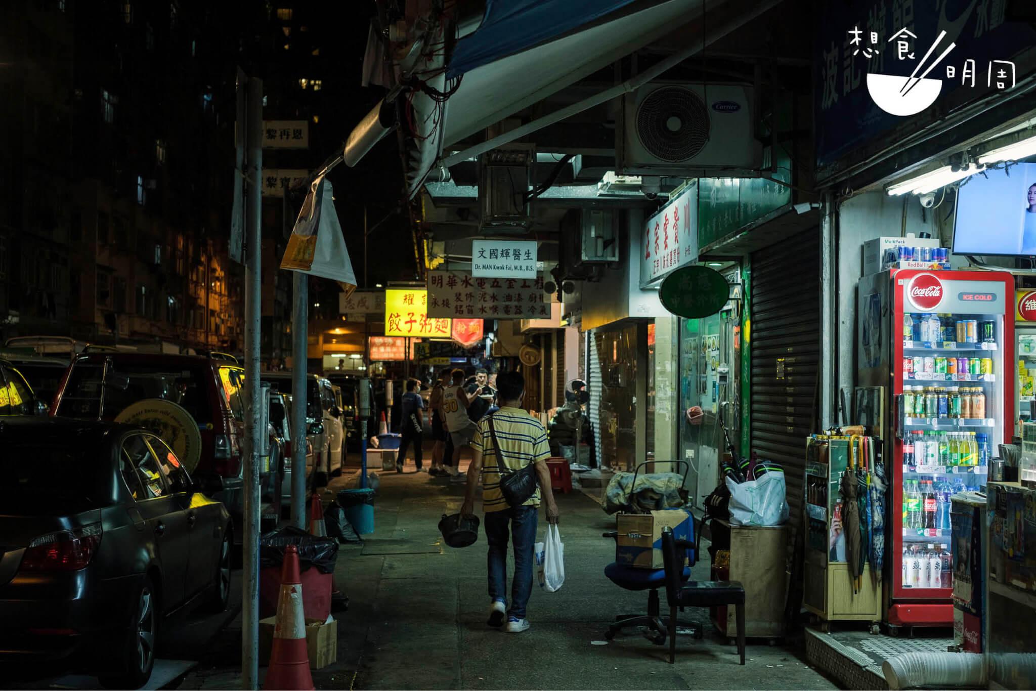 深宵中總有夜歸人,專程來買一碗宵夜,或是粉麵或是小食。然後靜靜地、慢慢地,走幾個路口,回家去享用。