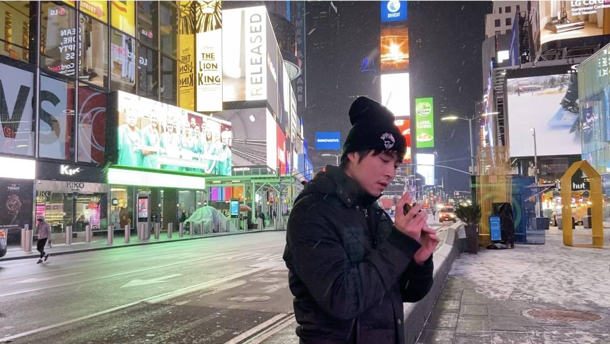 在白雪紛飛的紐約街頭,Leo即興吹奏口琴。他覺得來到美國讀音樂是把以前的夢想成真。