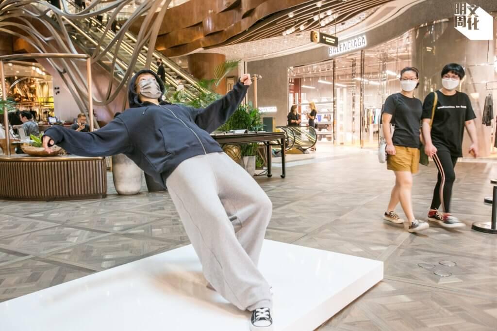 徐震的裝置藝術《只要一瞬間》,有真人參與。