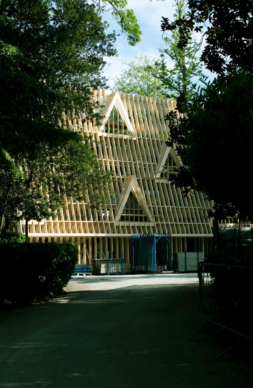 美國館外四層樓高的木架