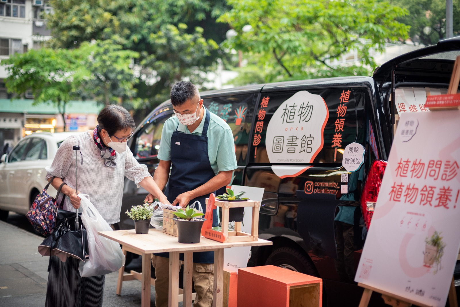 四、五月期間,隔個周末,他們會出動流動植物車,為街訪解答各類關於植物的疑難。此外,植物圖書館管理員 Charaine也會經常落區,跟進街坊的種植狀況,提供協助,與街坊保持關係。
