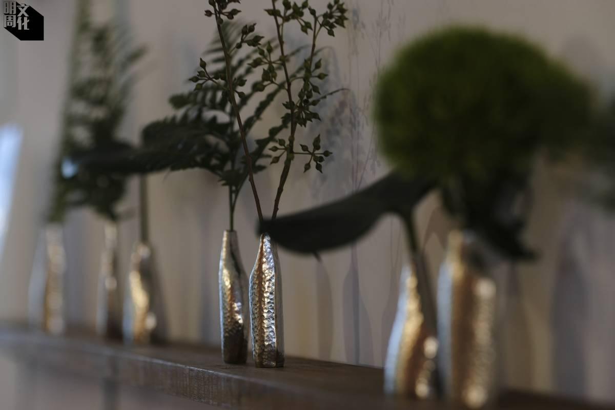 川石小花器最近於工藝品小店Soil展出,小巧精緻的器適合簡約的「一輪插」。