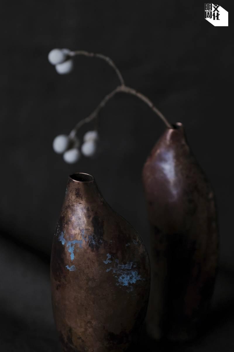 銅表面容易氧化,實質是銅在潮濕環境下在表面產生銅綠,保護下層的金屬不至被銹蝕殆盡,故被稱為「會呼吸的金屬」。