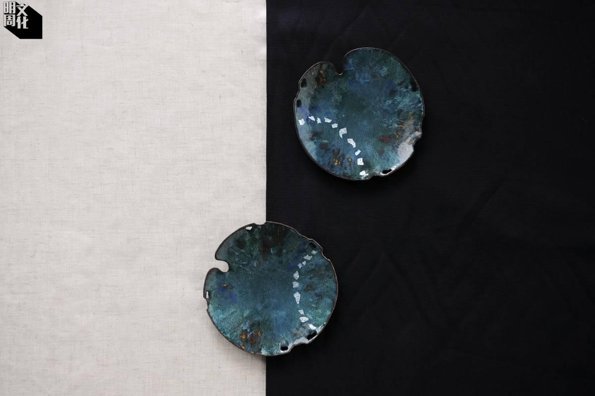 蘇的作品受大自然啟發,《殘荷》在銅上鍍上如湖水的藍綠琺瑯。