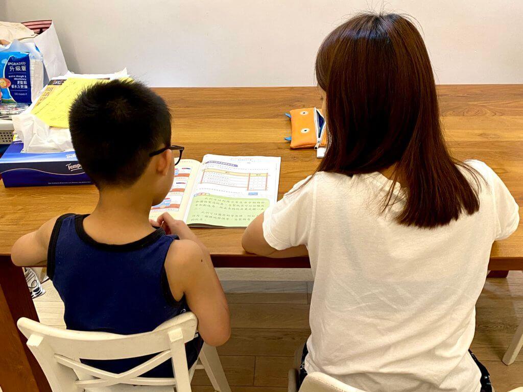 敦促溫習的過程中,媽媽在教導小人兒溫習,也是在教導他為自己的人生負上責任。