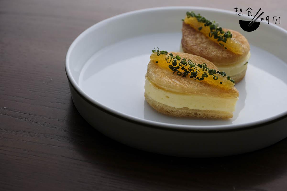 Biscuit de Brochet//Aven說一直希望有一道像蝦多士的餐前頭盤,後來想到參考法國里昂名菜「梭魚丸(Quenelles de brochet),用魚漿、麵包、雞蛋等混合蒸焗,做出外酥內軟的質感,現為他彰顯廚藝細膩度的前菜。($180/份)