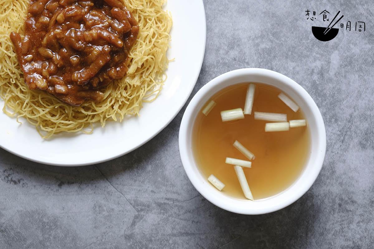 在廣東麵店吃撈麵時,店員總隨麵送上一碗湯,其實那是雲吞麵用到的蝦籽上湯。