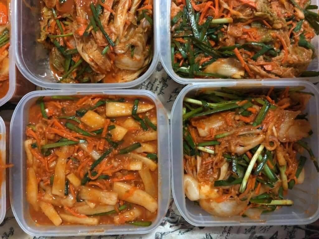 他們義賣韓式泡菜等菜式,外送到不同支持者的家裏,籌集資金,捐予「緬甸公民不合作運動」(Civil Disobedience Movement)。