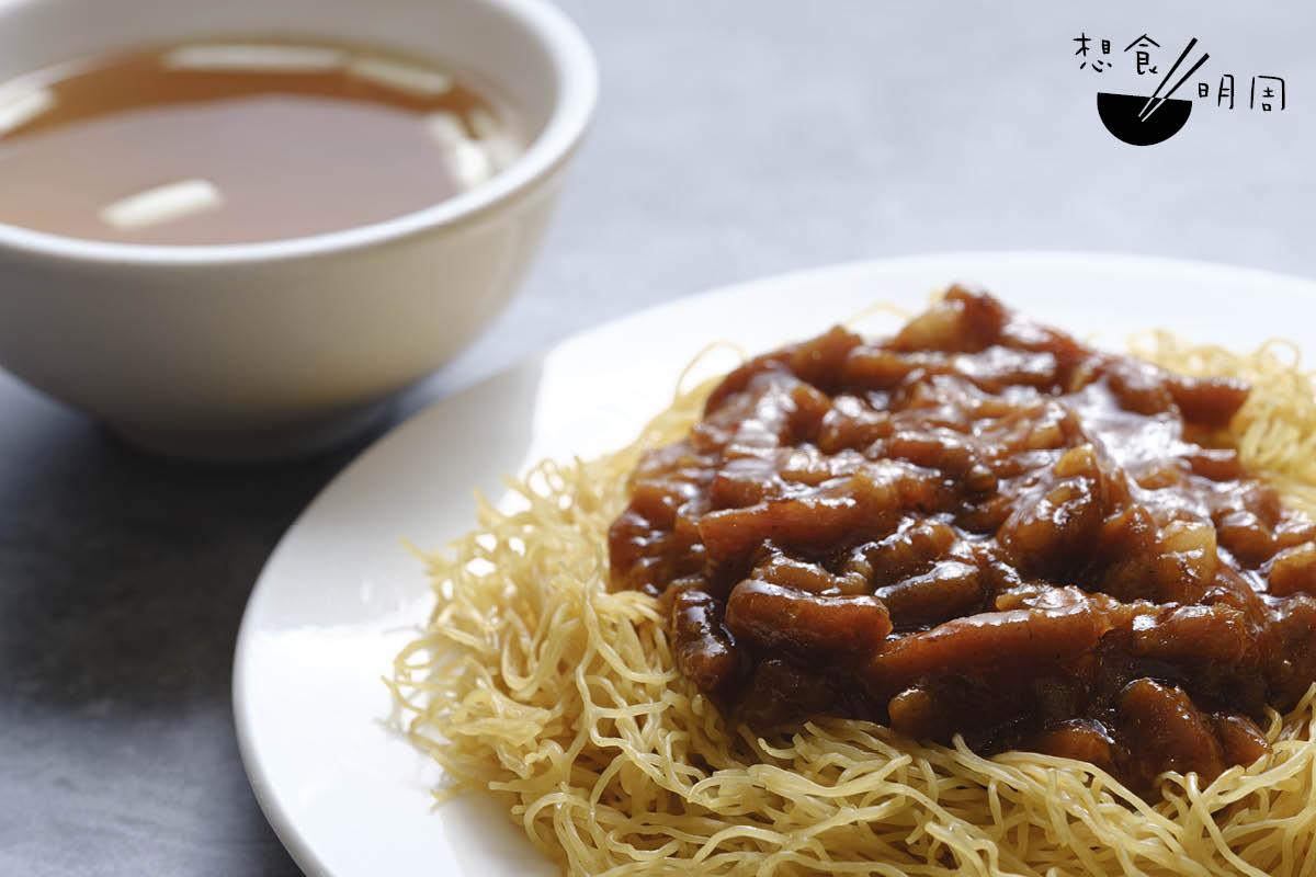 京都炸醬撈麵// 概念源自老北京炸醬麵,但香港版本多加入了辣豆瓣醬、番茄醬等調味,吃來酸甜香辣。($52)
