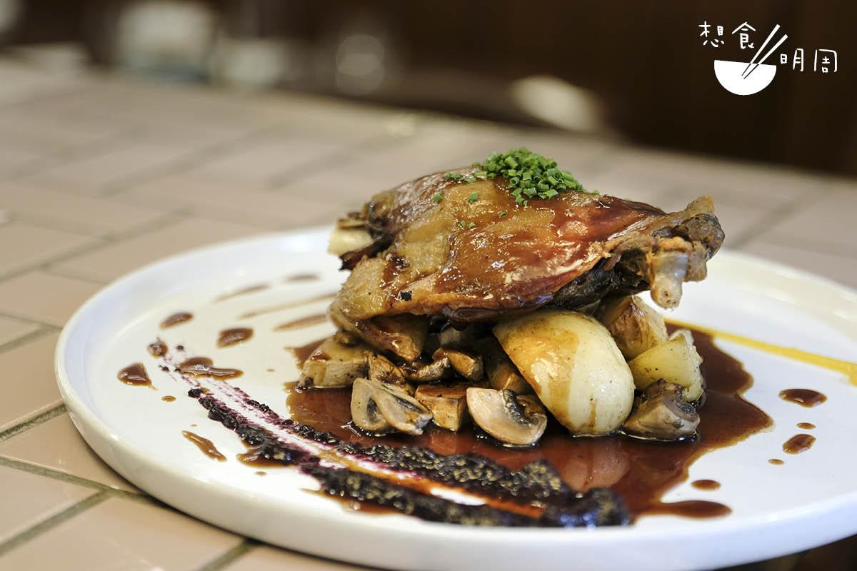 Confit de Canard//油封鴨腿是巴黎小酒館的經典主菜,鴨腿會預先放進鴨油中浸煮,接到訂單時才取出略煎,鴨皮吃來比油炸更酥脆。配無花果醬、蘑菇等。($198)
