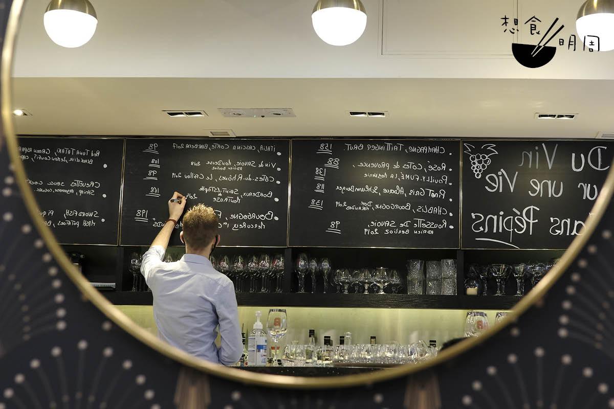 Bouillon主廚Johan Ducroquet,約一星期便更新黑板,寫上當令菜式,跟巴黎小酒館風貌如出一轍。