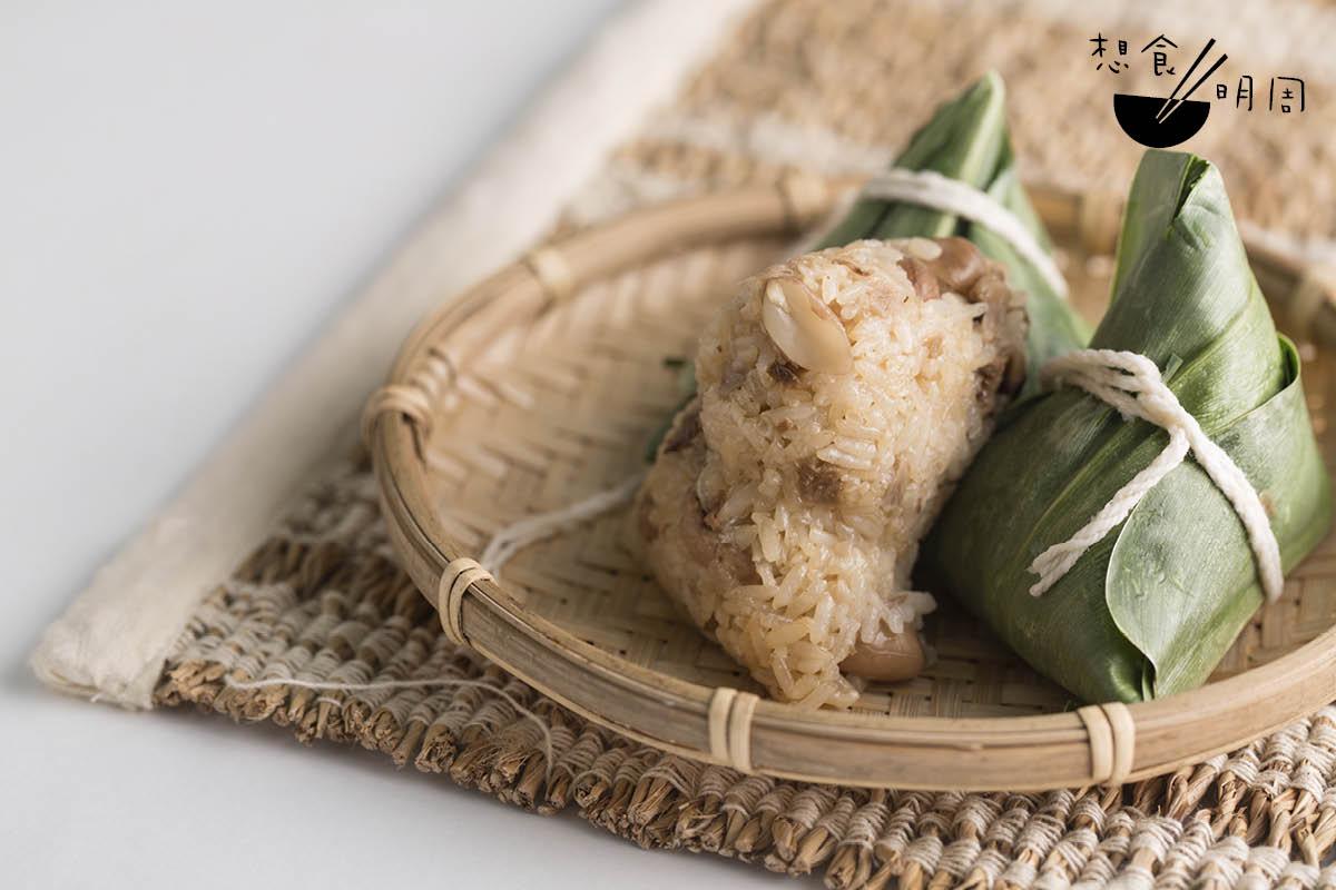 大嬸婆野薑花素粽//來自新竹內灣的「北部粽」,以山地香菇、野薑花、蘿蔔等,與經炒煮的糯米包成蒸好,米粒煙韌,香氣迫人。($145/包,共有十顆)