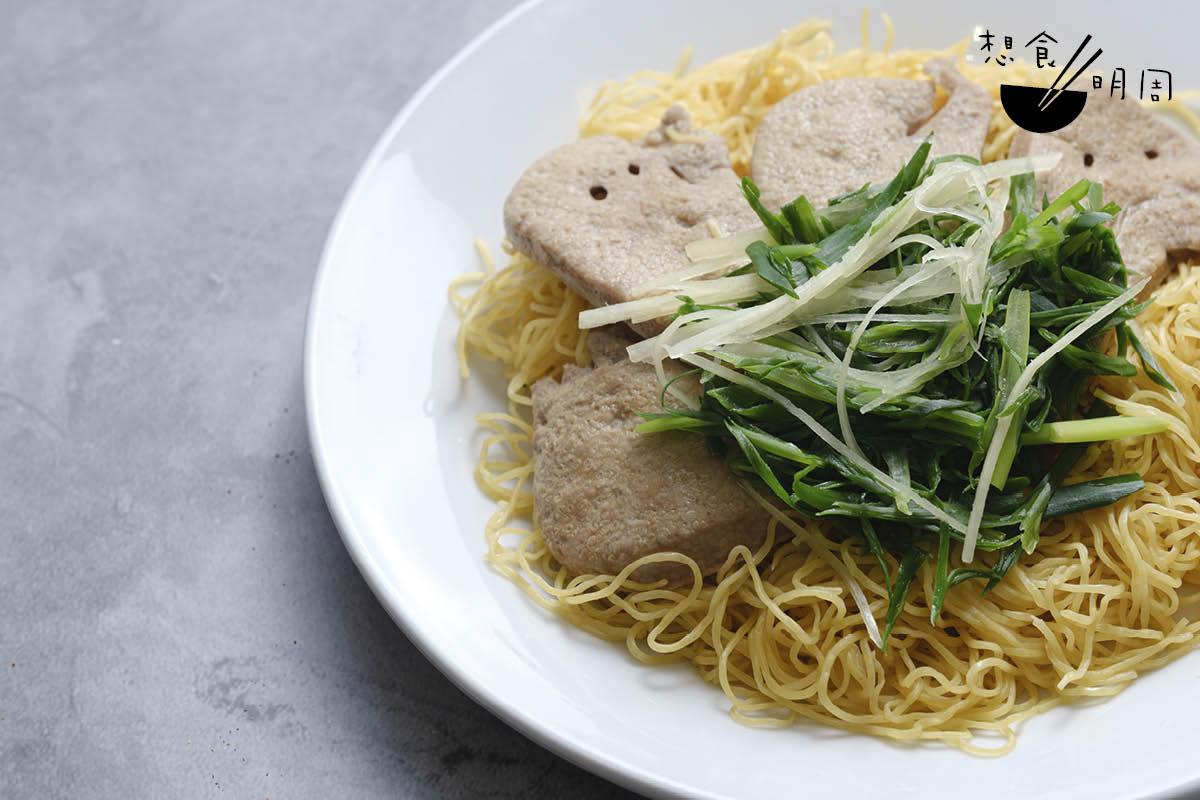黃沙豬膶撈麵//較後期的撈麵款式,見證了廣東麵店「粥麵一家」的文化。蛋麵伴豬膶、薑葱等同吃。($54)