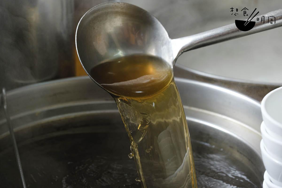 蝦籽上湯的主要材料為蝦籽、大地魚和豬骨,有些店家亦會加入羅漢果。湯色以澄澈為上佳,喝來應滿嘴甘鮮,嗆口或因店家加了味精。