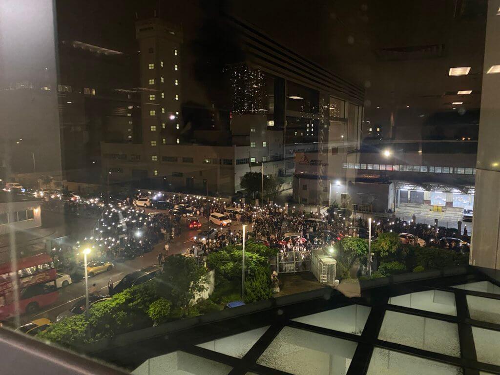 她從蘋果大樓望出窗外,幾百名讀者擠滿行人路,撐起雨傘,搖燈吶喊。