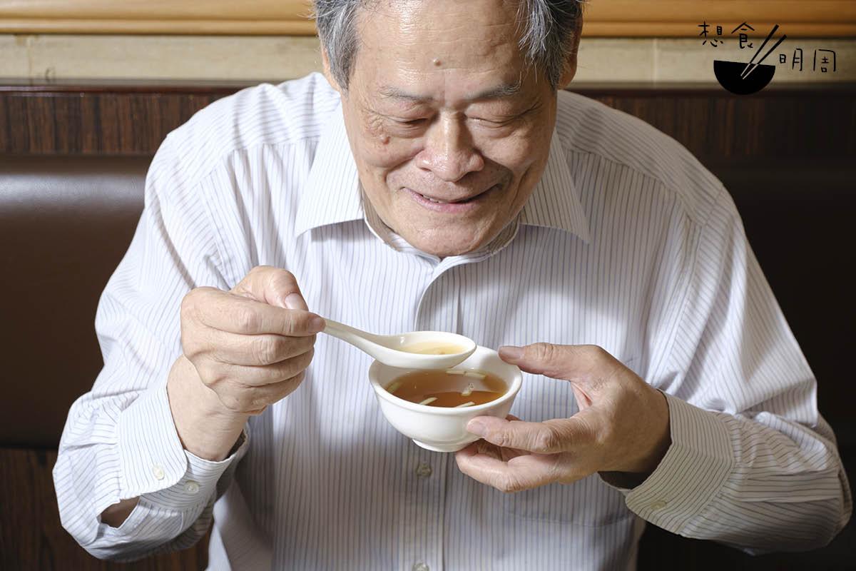 麥志明說,上湯的最佳享用法應是邊吃麵邊飲用。