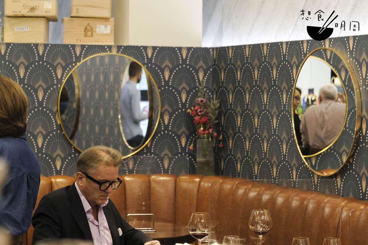 這家位於上環磅巷的小酒館,難得到可一見當地風情:人們三三兩兩的把酒暢聊,一貶眼便是兩、三小時。