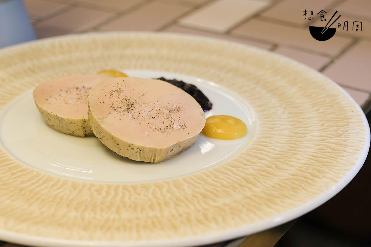 Tartare de Foie Gras//鴨肝也是小酒館常用到的食材。主廚用鴨肝、Gelas雅文邑等做成香軟肝醬,可當成抹醬伴麵包吃。($188)