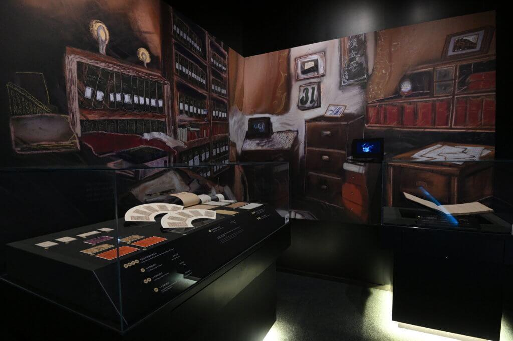 展場其中一個角落布置成書房樣貌,並展出源詹勳的袋裝散頁記事簿。