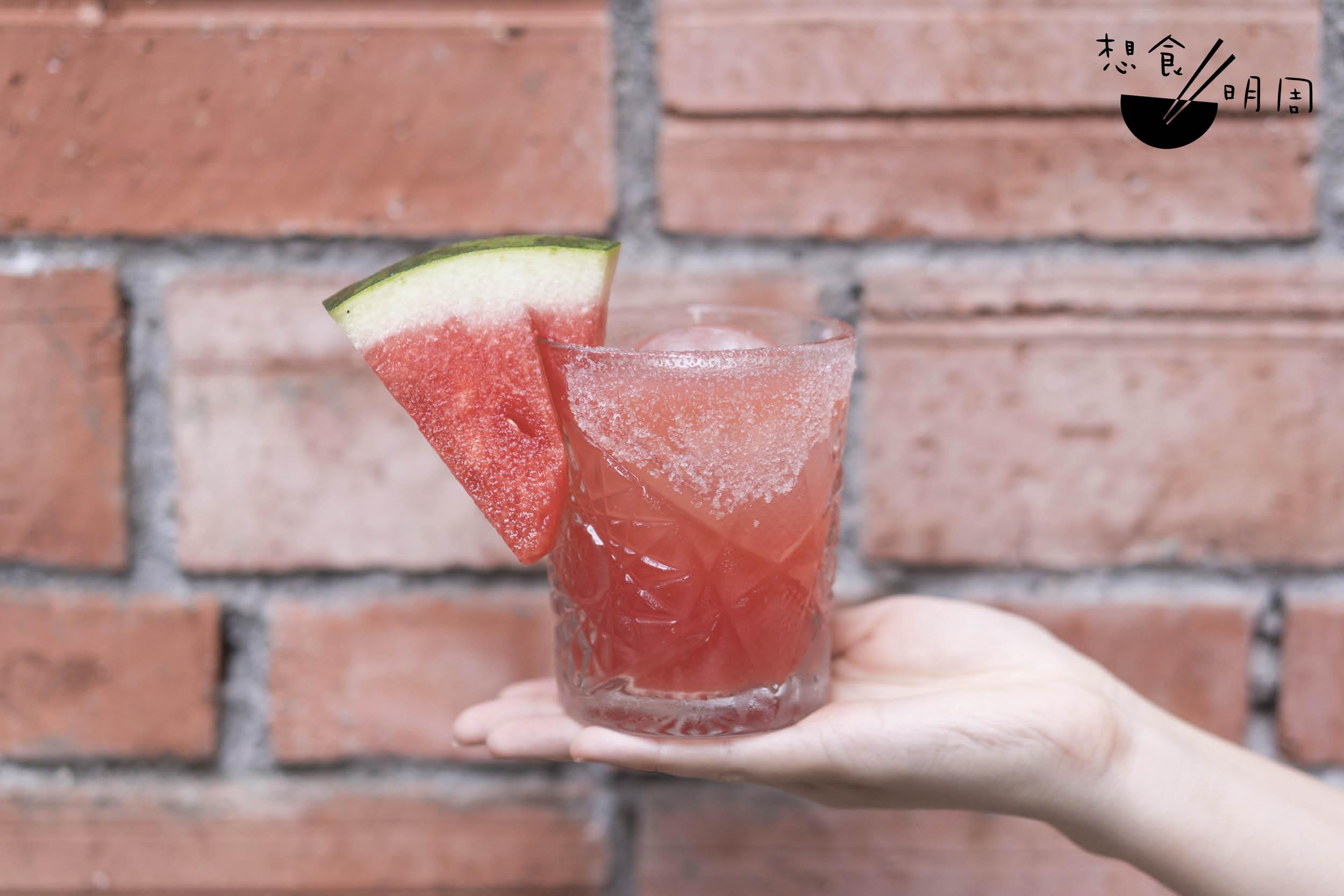 Sandia // 烈日當空或悶熱焗雨,都令人汗流浹背。一杯有新鮮西瓜的西瓜調酒,是安坐下後不用細想立即柯打的調酒。($98)