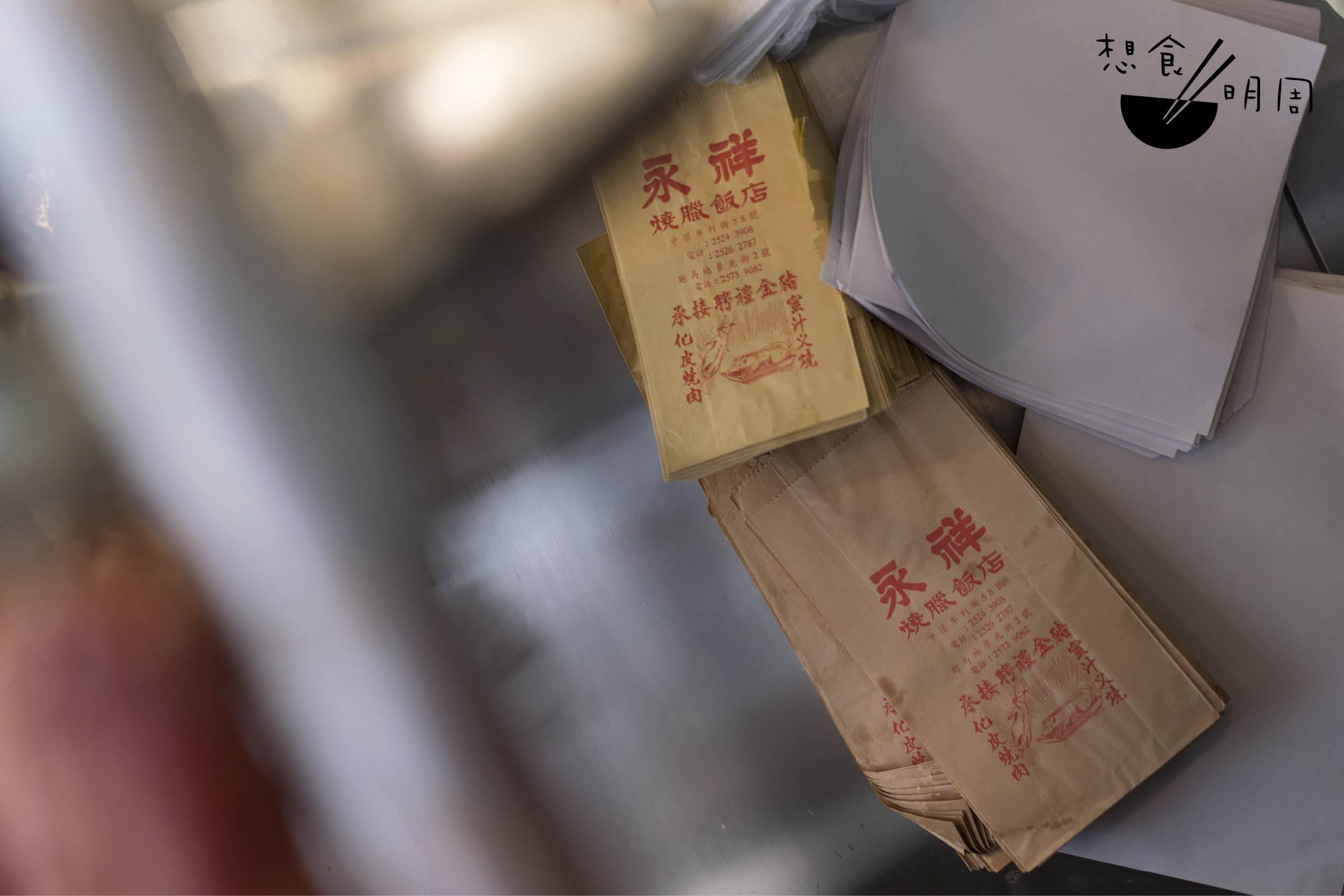 一大一小的紙袋就掛在店員身後,惟鮮少被使用。比起實際用途,紙袋們更像是老店家的裝飾品,並為時代作見證。