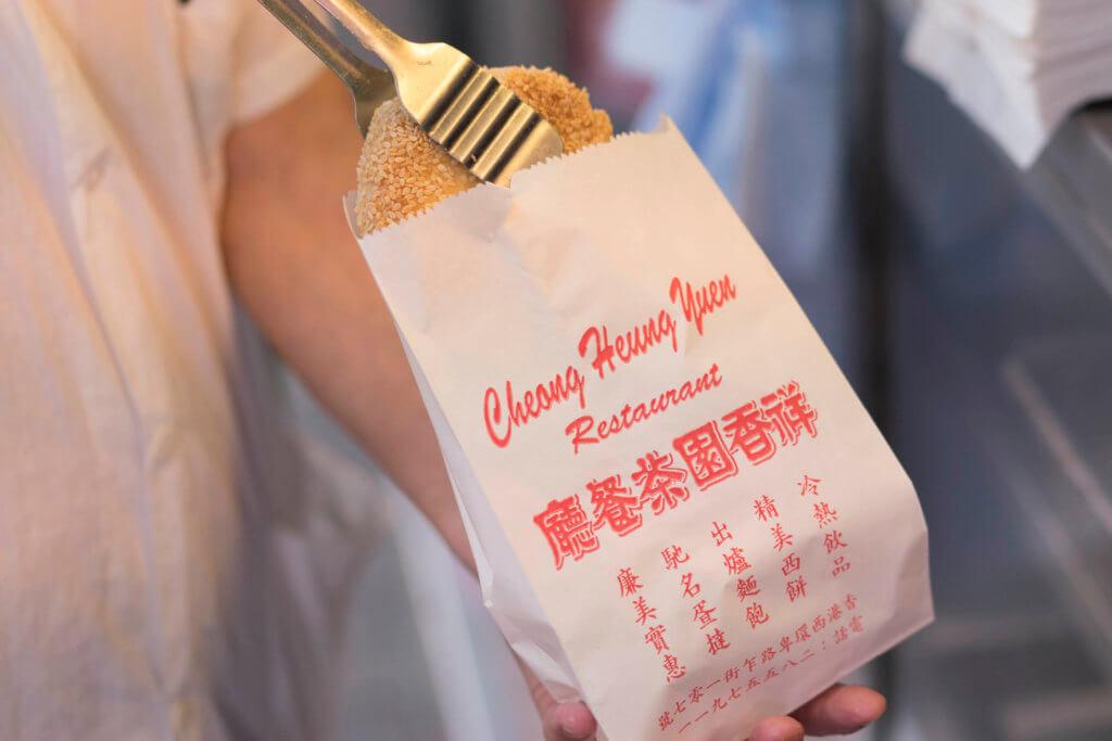 外賣一件芝麻餅,主動提出:「可以用紙袋嗎?」 伙計例必笑說:「當然無問題!」