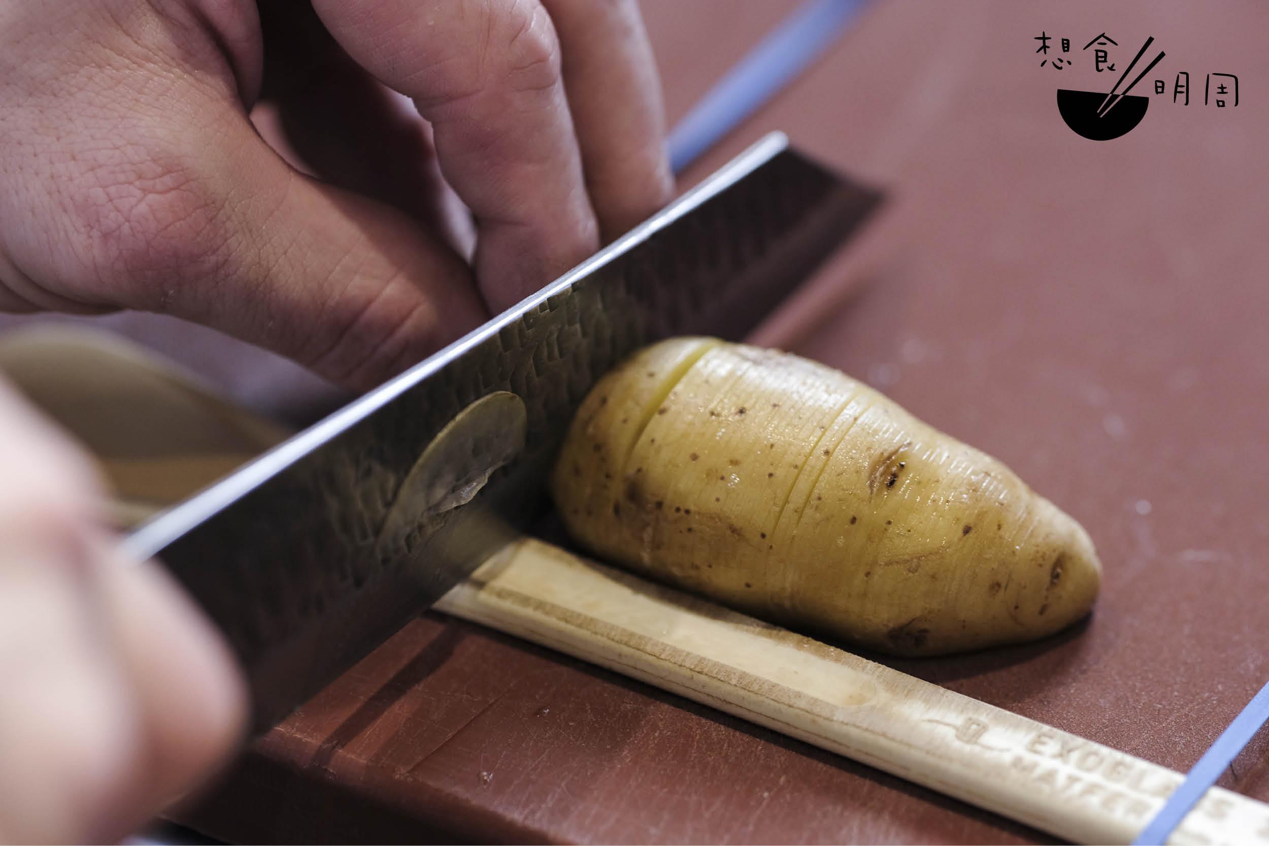 砧板上事先架設兩條木條,再把薯仔放於其中快刀切片。木條使刀刃保持凌空不到底,